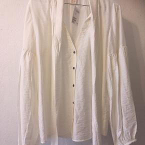 Smukkeste råhvide skjorte fra H&M i str 40 med prismærke.  Originalpris 399, sælges til 80kr, eller måske dit bud😊
