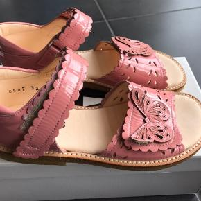 Flotte sandaler med fine sommerfugl, velcrolukning samt rågummisål  Måler 20,8 cm  Passer til en normal/bred fod  Fast pris 400,- pp