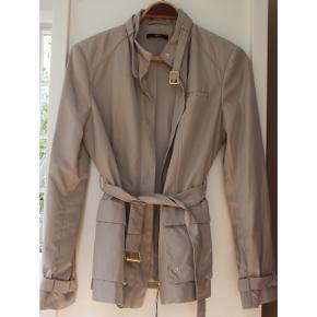 Super flot beige jakke med flot bælte med guldspænde fra Hugo Boss stadig med prismærke. Nypris 2.599 kr.