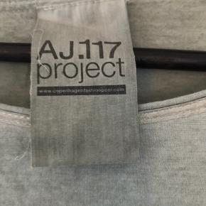Løs t-shirt i fin lysegrøn farve med fjer.  Ingen foto m på Kun salg via køb nu Fast pris ex lev