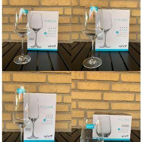Jeg sælger disse glas, da jeg efter købet fortrød. De har aldrig været brugt, og er derfor stadig i kasse med mærke. Sælges samlet. Byd endelig Rødvinsglas 497 ml - 8 stk. Hvidvinsglas 356 ml - 8 stk. Champagneglas 283 ml - 8 stk. Vandglas 397 ml - 8 stk.  Befinder sig i Hasseris Bymidte, Aalborg