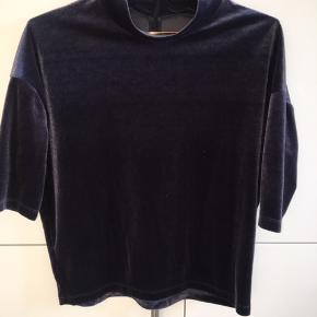 Blå velour t-shirt fra Moss Copenhagen. Sælges da den aldrig blev brugt.