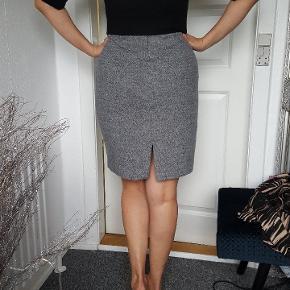 En flot kjole fra Mango. Perfekt til dem som har kontorarbejde. Passe til str M (Den er lille i str)