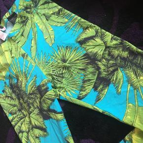 Brand: Versace H&M Varetype: leggins Farve: grøn  Sælger disse fede leggins fra H&M x Versace kollektionen i 2011, da jeg ikke har fået dem brugt. Jeg har aldrig gået med dem borset fra én enkelt gang, så de fremstår i rigtig flot stand. :) Prisen er fast.