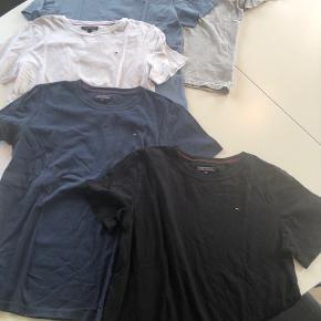 5 stk i alt!! Str 164, men passer str 152.  Fem flotte Tommy Hilfiger t-shirts. Marineblå har været vasket nogle gange. De andre har været vasket 2 gange. Desværre købt for små.  T-shirts er mere klare i farven en på billedet.