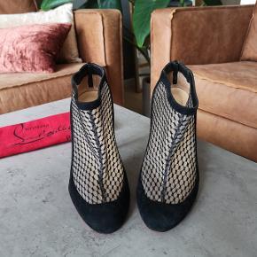 """Smukke sorte Christian Louboutin ruskinds støvletter. Brugt sparsomt og i flot stand. Str 39. Hælen er 10 cm. Nypris 640 euro.  De er blevet forsålet I Paris hos officiel Louboutin skomager """"Minute Moins""""."""