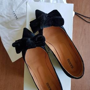 Sort sko fra Ganni der kam bruges med og uden sløjfe.  Flade sko der passer både til hverdag og fest  Sort velour stof og læder indeni  #trendsalesfund  Tag: fest, clothe, sort, velour, smids, pointed, heels, black, hverdags, elegant.