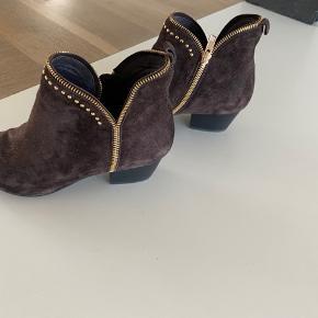 Støvlette kun brugt meget få gange. Farve nuancerer mellem varm brun over mod det meget mørke varme blommefarve. Ingen ridser i hæl og ruskind er rent og uden pletter og ingen slidtage.