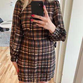 Super smuk kjole fra Vero Moda 🤎 aldrig brugt - har prismærke på.  - bytter ikke!
