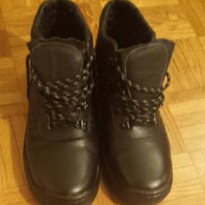 Bottes sécurité en simili cuir, noires, portées une seule fois