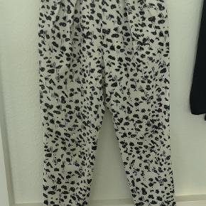 Smukke, tynde bukser med lommer. Elastik i taljen. Aldrig brugt.