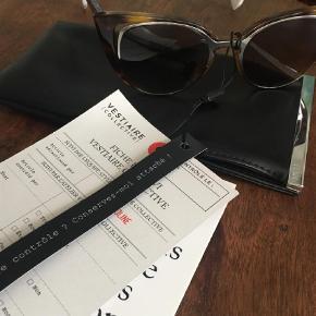 Varetype: Solbriller Størrelse: X Farve: Brun Oprindelig købspris: 2600 kr. Prisen angivet er inklusiv forsendelse.  Fendi model Lunettes kollektion 2017. Fuldstændigt nye og så flotte cateye stil. Kan desværre ikke passe dem, da mine kindben er for høje. Alt på foto ægthedsbevis og etui medfølger naturligvis.