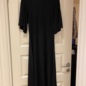 Lang kjole fra Samsøe Samsøe med store ærmer.  Kan også bruges af str. S.  Fejler intet, stadig med mærke.  Bud er velkomne.