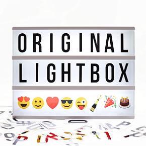 Locomocean A4 LIGHT BOX  Købt i Urban Outfitters men aldrig brugt, dog er der sat batterier i som medfølger. Den kan også lyse hvis man sætter en ledning i (medfølger dog ikke)  Kan lyse hvid som vist, men også rød, lilla, blå, grøn, orange.   Der medfølger en masse bogstaver og emojies