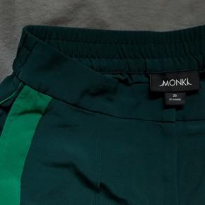 Grønne bukser med monki med nice detalje i siden!! Brugt 2 gange