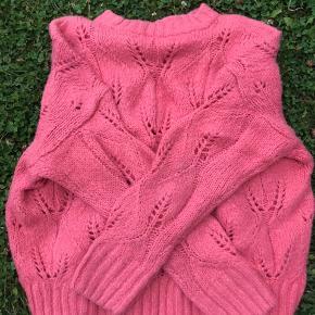 Jeg har brugt den fine, lyserøde sweater én gang da den er et fejlkøb (jeg ved, du kender det 😅).  Trøjen er lavet af 83% akryl og 17% nylon.