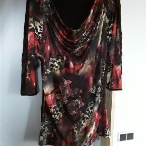 Helt ny bluse fra 2biz, str. XXL.  Lang bluse Farve: Sort/mønster