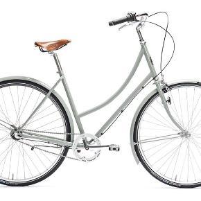 Pelago cykel med 1 gear sælges da jeg skal flytte. Den står kun indendørs og har derfor absolut ingen rust! Købt for lidt over et år siden. Sælges uden lås da jeg selv har anvendt løs kædelås. Der er lygte for og bag.