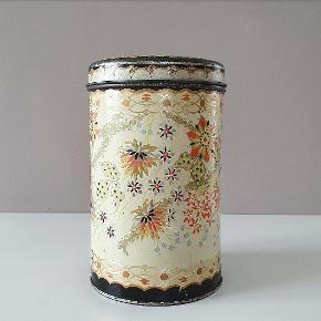 Ældre Hollandsk dåse i dejlige farver. Måler18 cm i højden og 11 cm i diameter. I fin stand med mindre bump - sidste billede.