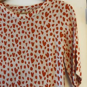 Stine Goya Lee Dress Hearts Tangerine.  Råhvid baggrundsfarve med fineste røde hjerter på. Str S, jeg er 170cm og den går mig til over knæene. Har lille slids i hver side af kjole, korte ærmer og lille knaplukning i nakken. Meget velholdt og stoffet er ikke løbet. Køber betaler forsendelse, kan sende billeder med den på:)