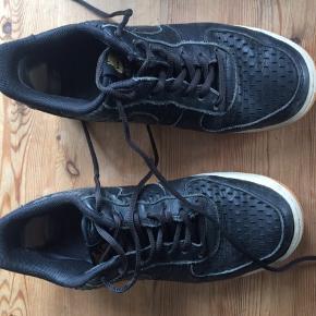 Nike air force one i læder. Har nogle reparationer ved hælen, men er ellers i ganske fin stand. Nypris 850.