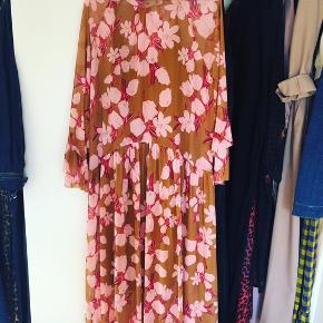 Skøn kjole fra Y.A.S, brugt få gange og fremstår så god dom ny.