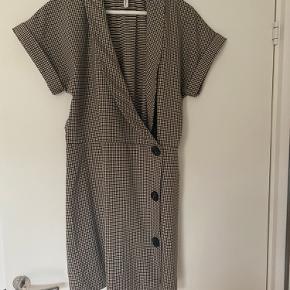 Kort kjole i stretch stof brugt et par gange