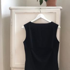 Sort elegant top med åbning i ryggen