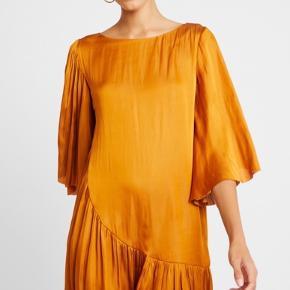 Smukkeste kjole fra den nye kollektion - er i butikkerne nu.  Bytter ikke.  Mp 575,-