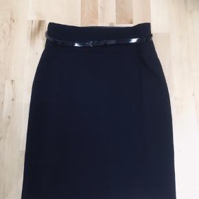 Rigtig flotte god kvalitet kort 3 stk stof nederdel med ekstra satin stof under nederdel med bælter og undtagen en nederdel uden stof og uden bælte og lidt længere end de andre. Alle str er 40 passer meget mere til S/M 38/40. 68% polyester 30% viscose 2% elasthan. Alle er aldrig brugt 2 stk kort nederdel mærke er fra h&m den sidste lidt længe andet mærke sælges billig frit valg 150kr. pga har masser i forvejen og har ikke plads til. Bred ved bælte side til side 39cm plus bagved 39cm i alt 78cm længe 58,5cm. Nr 2 bred ved bælte side til side 38cm plus 38cm i alt 76cm længe 59cm. Nr 3 bred ved bælte side til side 41,5cm plus bagved 41,5cm i alt 83cm længe 70cm. Alle sidder godt på kroppen og meget mere flotter end på billeder. I må godt kom forbi og kigge prøve eller kan sagtens sende hvis i selv betaler for porto og brevkuvert. Skriv eller ring hvis i interesseret