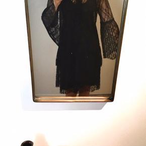 Flot og elegant blonde kjole med plisseret ærmer