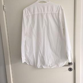 Skjorten er købt online hos Zalando 12. April 2018. Varen er blevet brugt og vasket men er dog i rigtig god stand. Modellen hedder PETER WASHED POCKET.  Oprindelig købspris 1.195,- kr   -KVITTERING HAVES -FLERE BILLEDER KAN SENDES PR MAIL