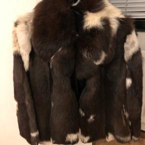 Sælger denne super lækre pels i farverne brun og hvid med brun ruskind. Den svare til en str S-M. Den kommer fra røgfrit hjem og den lugter ikke.