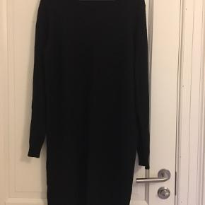 Strik kjole.  Køber betaler fragten :)