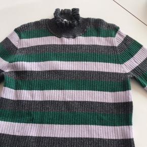 Super flot bluse den er brugt og vasked flere gange mener stadig  Fin jeg syntes den er flot😊😊
