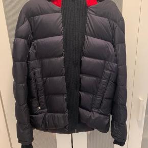 Jeg sælger min moncler jakke, da jeg aldrig har fået den brugt. Og har fået den i gave så derfor ikke har nogle kvittering på den. Den er købt i en tøj butik i Køge.