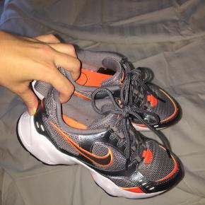 Fede sneakers fra Nike, kun brugt en enkelt gang, da de ikke lige er mig alligvel 🧡 De er små i størrelsen, så man skal gå en størrelse op - har jeg selv gjort, bruger normalt 37-37,5.  Kan afhentes på Østerbro eller sendes med DAO mod betaling