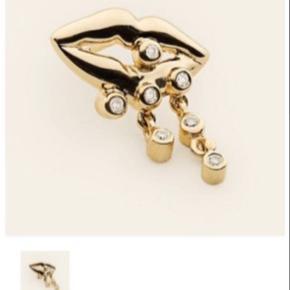 """Her sælges den sødeste lille Mouth ørering i 18k forgyldt sølv med 7 diamanter.  Altså EN ørering.  Brugt 2/3 gange og fremstår som ny.  Sælges stadig på """"Figaros Bryllup""""'s website til 1800kr."""