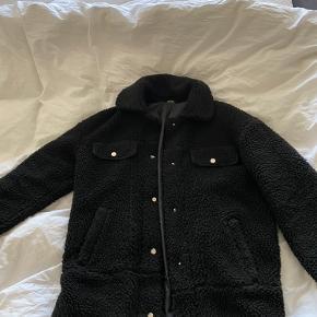 Fed teddy jakke med lommer. Høj blød krave. Brugt få gange. Måler ca 65 cm fra skuldren og ned i str S.