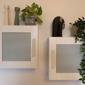 To fine opbevaringsskabe er til salg.   Ruden er dækket med et lille DIY-projekt, som også kan ses på billederne.   Skabene måler hver: Længde = 39 cm Højde = 39 cm Dybde = 22 cm