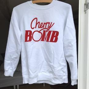 • Cherry Bomb sweatshirt fra ganni • Str xs • Brugt få gange, fremstår som ny • ❎GRATIS FRAGT❎ i efterårsferien