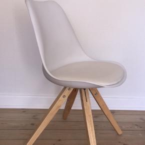 Hvid stol i hård plast og træ med hvid indbygget hynde fra ILVA. Brugt i en periode, men der er blevet passet godt på den. Ny pris var 550 kr.