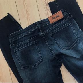 Acne jeans str. 28/32 🌷 jeg har klippet dem i længden, og de måler nu ca. 70 cm i indvendig benlængde. Jeg kan ikke passe dem mere, og de sælges derfor. Modellen hedder Kex Blue Monday   Bemærk - Sendes med DAO (45 kr), bytter ikke og sender ikke billeder med varen på ⭐️☺️