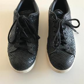 Varetype: Sneakers Farve: Sort Oprindelig købspris: 900 kr.  Fin stand men brugt flittigt. 39 1/3 = alm 39. Købt i Trois Pommes, Hellerup.
