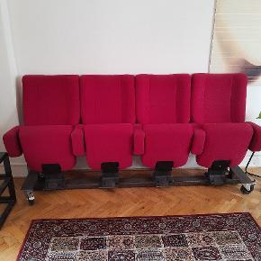 Superfine Biograf stole som er blevet brugt på en kaffebar tidligere og nu hjemme i privaten. Meget behagelige, og skruet på hjul således at de kan flyttes rundt som man lyster. Grundet flyt til udlandet skal de nu sælges. Lidt patina/charme må forventes .