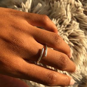 """Hej💛 Min veninde Anastasia Steentoft og jeg, laver hjemmelavede smykker, her på billedet ses """"Asta ringen"""" Da ringen er hjemmelavet, er hver enkel ring ikke 100% ens, og de vil derfor hver især have sit eget lille præg.  Str: Hver ring har justerbar lukning, derfor ser lukningen ud som den gør:)  Kan laves både i Sølv og guld. Prisen er ekskl. fragt, men køb af flere smykker gives der mængde rabat;)  Hvis du har flere spørgsmål er du velkommen til at skrive☺️🌻"""