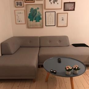 Smuk lysegrå sofa med dots i samme farve som sofaen fra Formel A. Sofa er ca halvandet år gammel og ser stort set ny ud. Sælges desværre pga flytning.