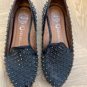 Rigtig fin læder sko fra Jeffrey Campbell med nitter. Der mangler et par nitter rundt omkring og prisen er derefter. Rigtig bløde at have på.