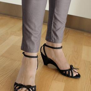 Elegante mørkeblå sko fra Zara i str. 37 med 5 cm høj hæl. Brugt én gang. Er som ny.  Kan sendes med sporbar post til 45 kr. eller afhentes på Amager nær Amagerbro metro.