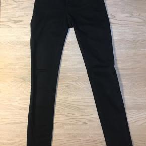 Flotte  elegante sort jeans fra Acne Studios str. 25/32 sælges. Brugt få gange. Modellen hedder PIN Black og er slim fit med strech. Måler 24 cm fra skridt til talje 🌸 og taljen måler ca. 60 cm.  Tags: Acne Stuies Str. 25 Str. 25/32 Sort Jeans  Slim fit